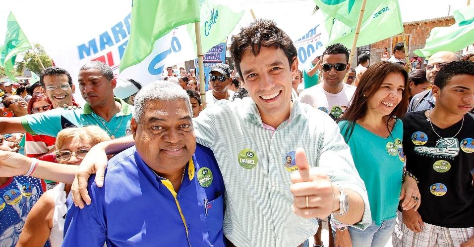 19.ago.2012 - Daniel Coelho (à dir.), candidato do PSDB à Prefeitura do Recife, caminhou neste domingo pelas ruas do bairro Santo Amaro