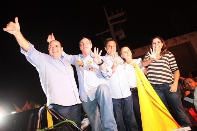 19.ago.2012 - O candidato do PSB à Prefeitura de Fortaleza, Roberto Cláudio (à esq.), participa de carreata pelo bairro José Walter, na região sul da capital cearense