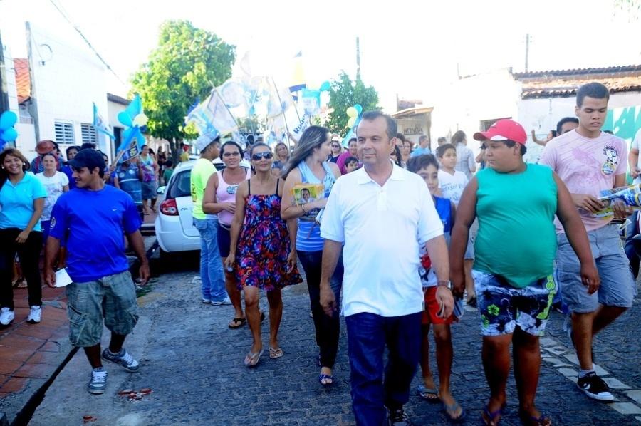 19.ago.2012 - O candidato do PSDB à Prefeitura de Natal, Rogério Marinho, participou de caminhada pelo bairro do Igapó, zona norte da cidade