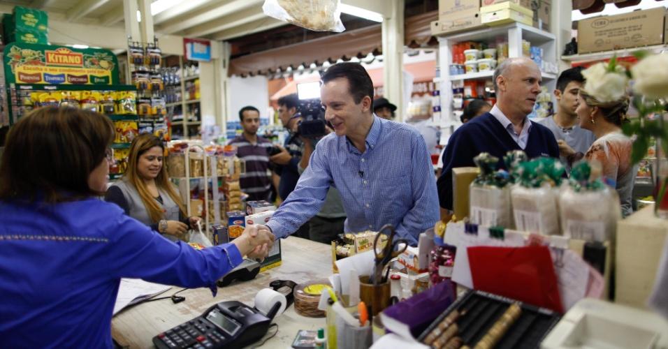 20.ago.2012 - Celso Russomanno, candidato do PRB à Prefeitura de São Paulo, cumprimenta comerciante durante visita ao mercado municipal de Santo Amaro, na zona sul da capital