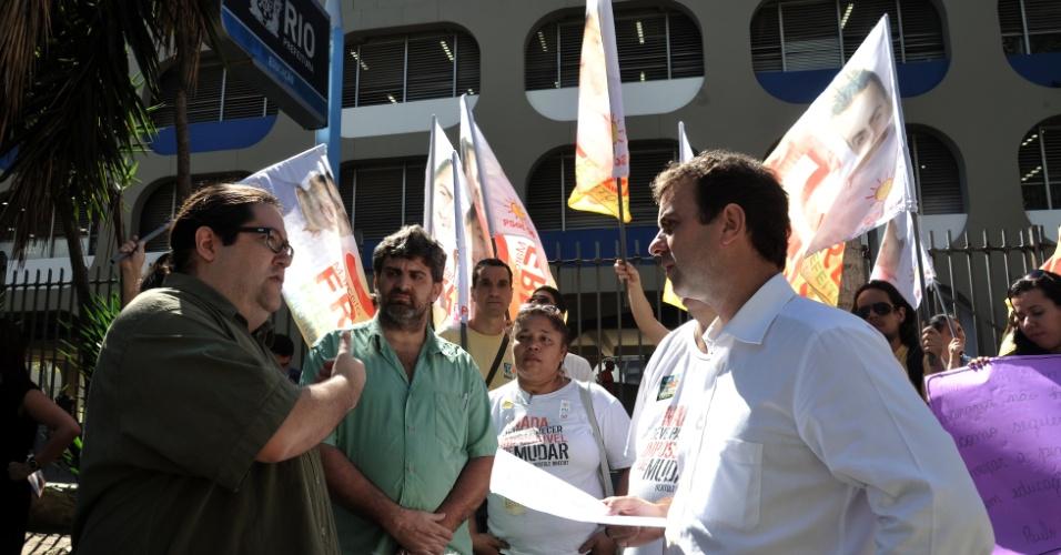 20.ago.2012 - Marcelo Freixo (à dir.), candidato do PSOL à Prefeitura do Rio de Janeiro, se reuniu nesta segunda-feira com professores da rede municipal no centro da cidade. No encontro, Freixo se comprometeu a elaborar um plano de cargos e salários para a categoria