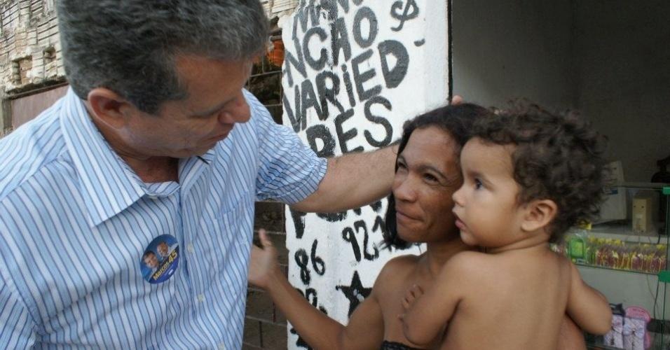 20.ago.2012 - O candidato à prefeito de Fortaleza Marcos Cals (PSDB) afirmou durante caminhada no bairro de Carlito Pamplona, nesta segunda-feira, que, se eleito, irá implantar centros de saúde da criança nos bairros