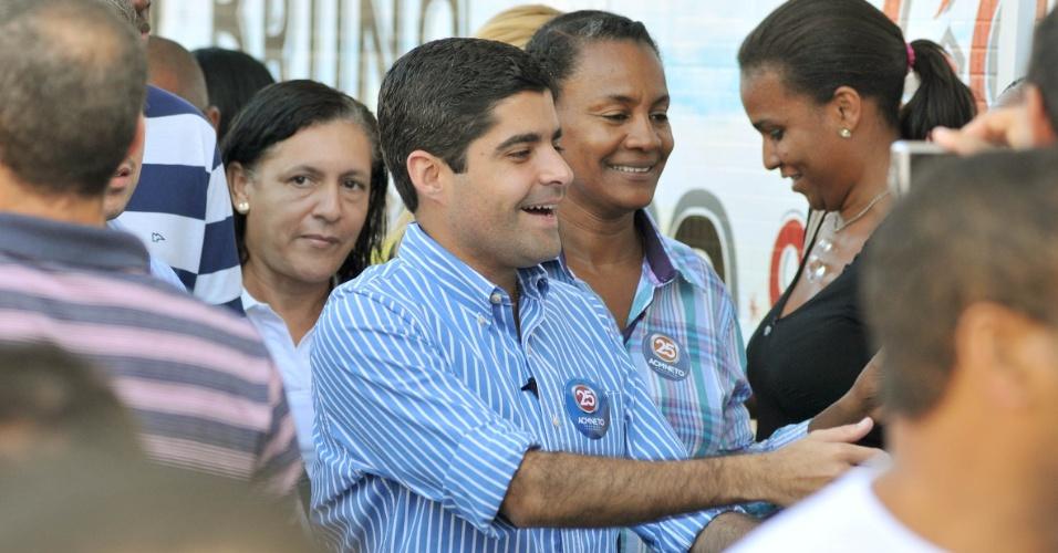 20.ago.2012 - O candidato do DEM à Prefeitura de Salvador, ACM Neto, fez uma caminhada pelo bairro da Jaqueira do Carneiro nesta segunda-feira, onde conversou com moradores