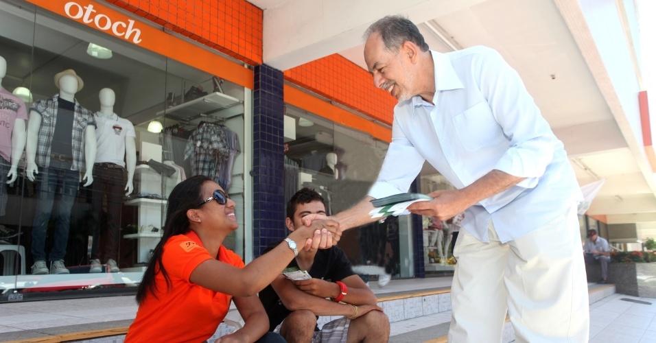 20.ago.2012 - O candidato do PC do B à Prefeitura de Fortaleza, Inácio Arruda, conversa com eleitores durante caminhada pela avenida Santos Dumont