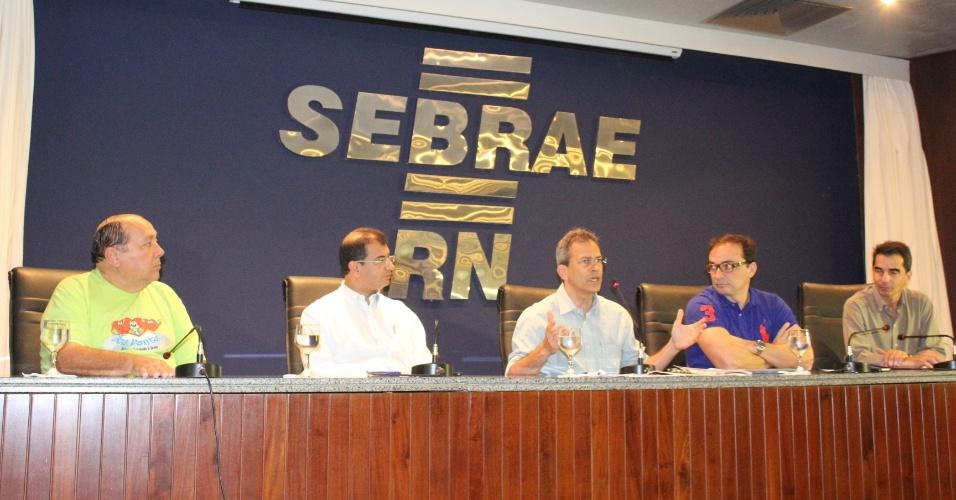20.ago.2012 - O candidato do PMDB à Prefeitura de Natal, Hermano Morais (centro), participou nesta segunda-feira de sabatina organizada pelo Sebrae