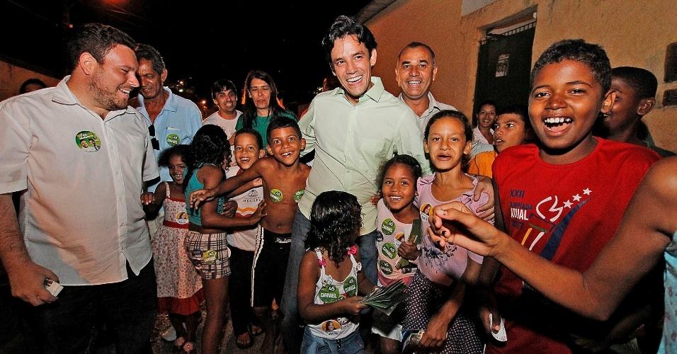 20.ago.2012 - O candidato do PSDB à Prefeitura do Recife, Daniel Coelho (de verde), conversa com crianças que moram na região do córrego São Sebastião, no bairro de Água Fria, onde ele fez uma caminhada de campanha nesta segunda-feira