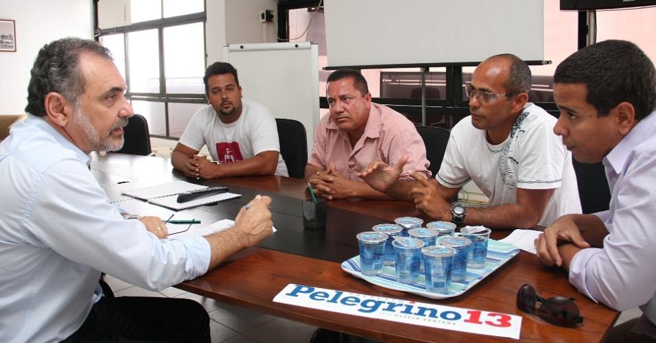 20.ago.2012 - O candidato do PT à Prefeitura de Salvador, Nelson Pelegrino (à esq.), se reuniu nesta segunda-feira com representantes da Associação Baiana de Salvamento Aquático