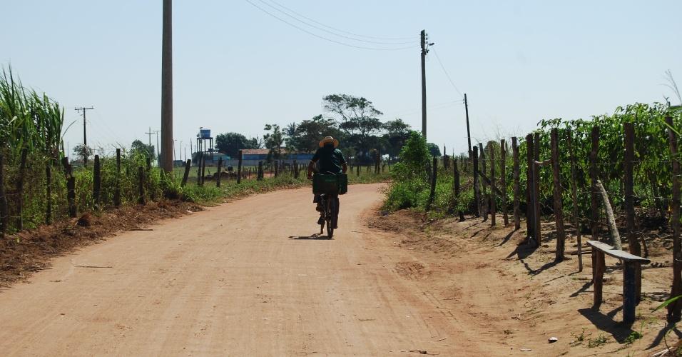 As estradas que levam às comunidades quilombolas da cidade são todas de terra. Os moradores preferem a bicicleta para se locomoverem