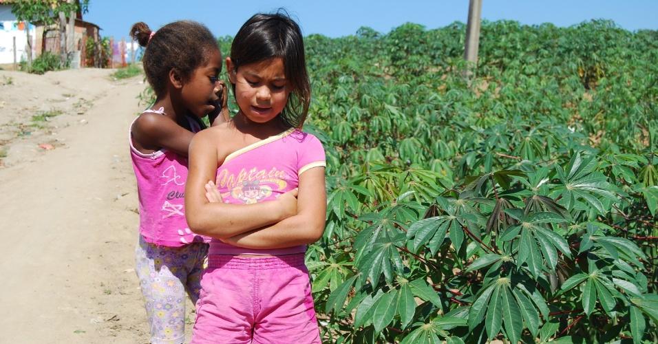Crianças que moram na comunidade quilombola Cacimbinha cantam enquanto caminham próximo às plantações que sustentam os moradores da região. Muitos vivem das trocas de alimentos entre as casas para não precisarem comprar