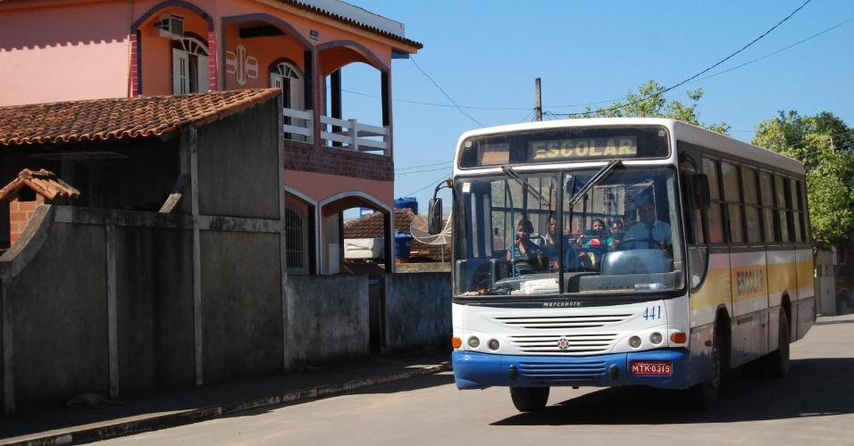 Ônibus escolar é usado pela prefeitura para dar transporte de graça aos moradores. O prefeito afastado no começo do ano, Reginaldo Quinta, concedia ônibus gratuito aos kennedenses
