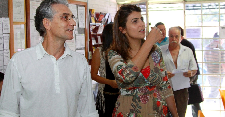 """20.ago.2012 - A candidata à Prefeitura de Porto Alegre Manuela D'Ávila (PC do B) se reuniu com o sindicato de taxistas da cidade e sugeriu propostas para o trânsito em um pacote chamado """"Trânsito do Bem"""""""