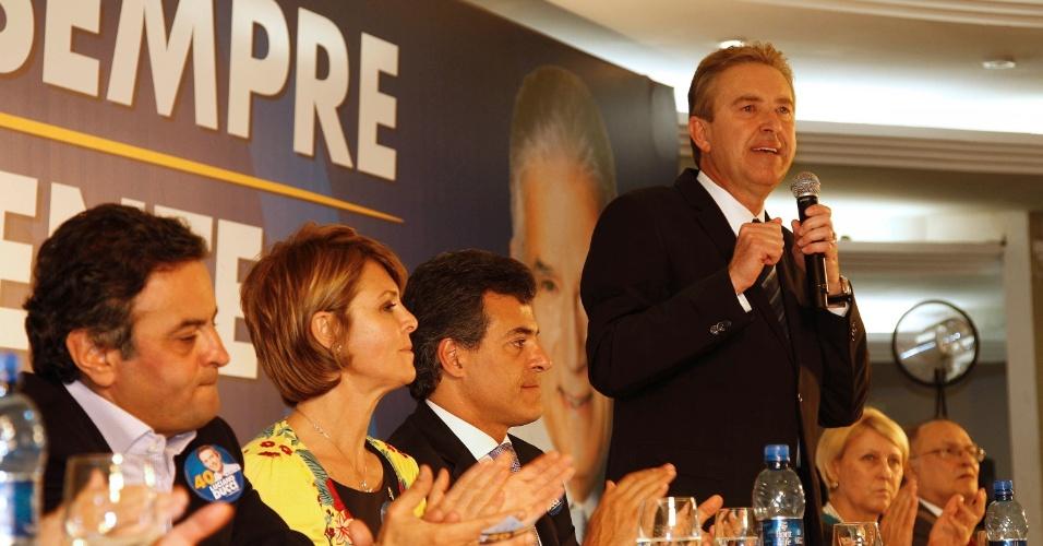 20.ago.2012 - O candidato à reeleição em Curitiba pelo PSB, Luciano Ducci, discursa durante encontro com empresários na capital paranaense