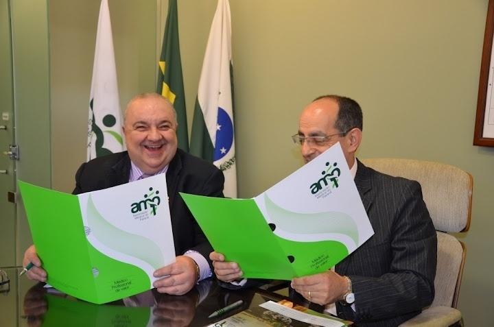 20.ago.2012 - Rafael Greca (à esq.), candidato do PMDB à Prefeitura de Curitiba, se reuniu nesta segunda-feira com integrantes da Associação Médica do Paraná