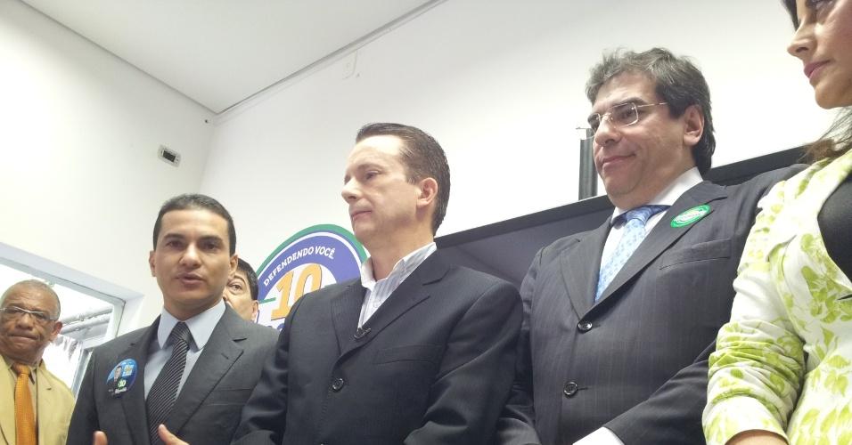 21.ago.2012 - Celso Russomanno (centro), candidato do PRB à Prefeitura de São Paulo, concede entrevista coletiva durante inauguração do seu comitê de campanha