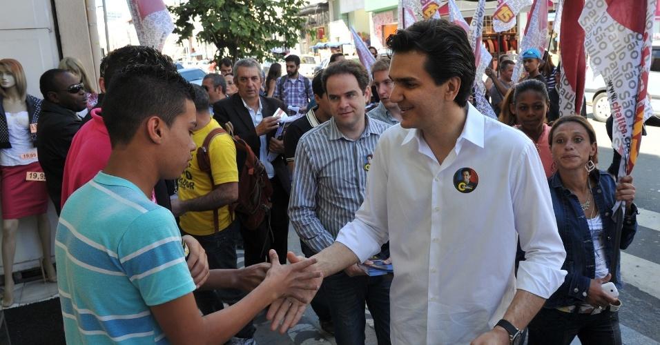 21.ago.2012 - Gabriel Chalita, candidato do PMDB à Prefeitura de São Paulo, cumprimenta eleitor durante caminhada pelo comércio do bairro do Bom Retiro