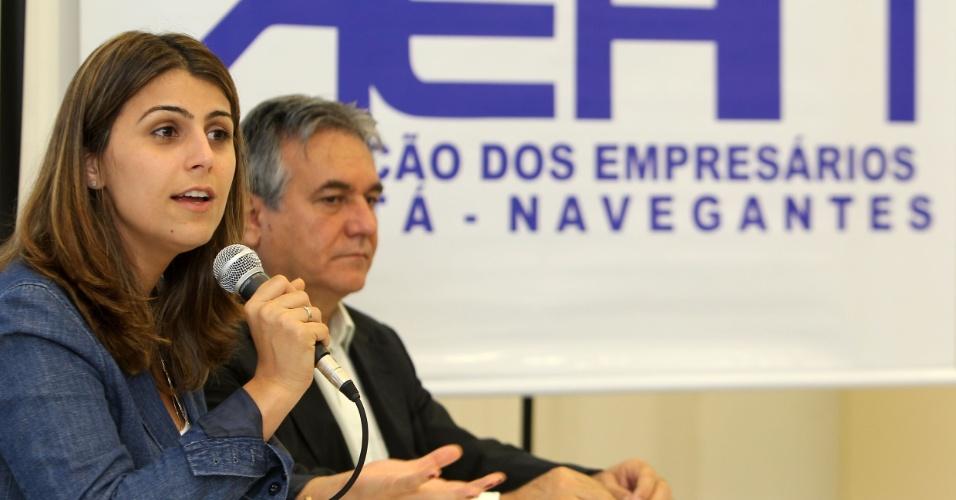 21.ago.2012 - Manuela D'Ávila, candidata do PC do B à Prefeitura de Porto Alegre, discursa durante reunião com empresários dos bairros Humaitá e Navegantes, na zona norte da capital gaúcha