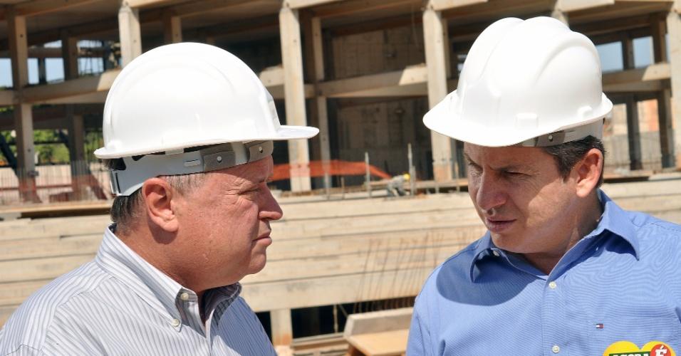 21.ago.2012 - Mauro Mendes (à dir.), candidato do PSB à Prefeitura de Cuiabá, visitou nesta terça-feira as obras da Arena Pantanal, uma das sedes da Copa do Mundo de 2014