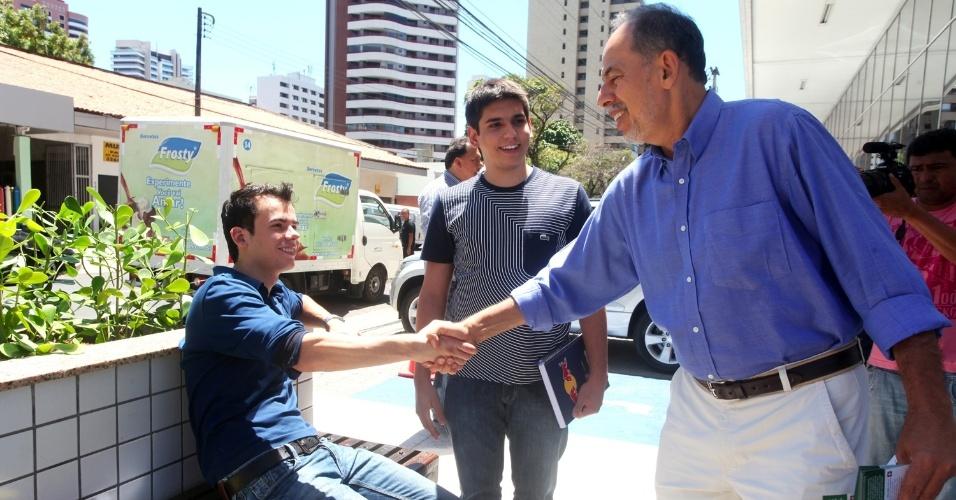 21.ago.2012 - O candidato à Prefeitura de Fortaleza Inácio Arruda, do PC do B (de camisa azul), fez caminhada no corredor comercial da Avenida Dom Luiz em que conversou com os comerciantes