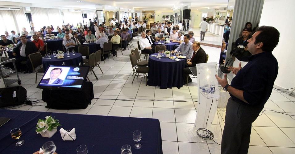21.ago.2012 - O candidato à Prefeitura de Natal Carlos Eduardo (PDT) participou de uma sabatina promovida pela Federação do Comércio do Estado (Fecomercio)