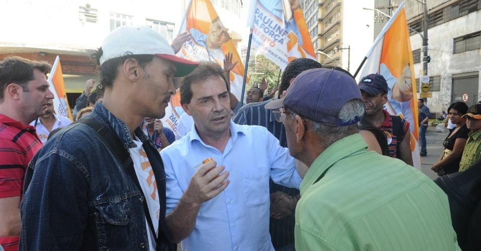 21.ago.2012 - O candidato do PDT a prefeito de São Paulo, Paulinho da Força, conversa com eleitores durante caminhada na baixada do Glicério, região central da cidade, nesta terça-feira