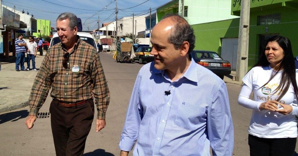 21.ago.2012 - O candidato do PDT à Prefeitura de Curitiba, Gustavo Fruet, fez caminhada na manhã desta terça-feira pela Vila União