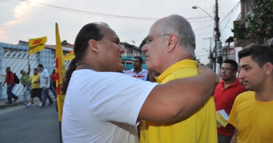 21.ago.2012 - O candidato do PSB à Prefeitura de Manaus, Serafim Corrêa (de camisa amarela), fez uma caminhada pelo bairro do São Lázaro em que cumprimentou os eleitores