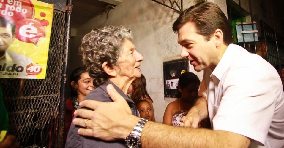 21.ago.2012 - O candidato do PSB à Prefeitura do Recife, Geraldo Julio, fez uma caminhada pelo bairro da Mangueira e aproveitou para distribuir panfletos e conversar com moradores