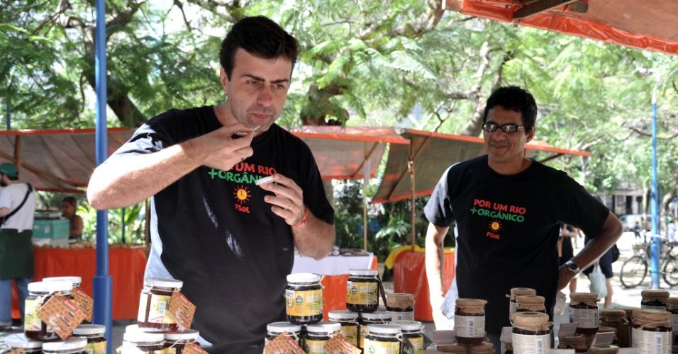 21.ago.2012 - O candidato do PSOL à Prefeitura do Rio de Janeiro, Marcelo Freixo, visitou nesta terça-feira feiras de produtos orgânicos nos bairros de Laranjeiras e Flamengo, na zona sul da cidade