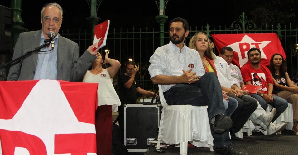 21.ago.2012 - O candidato do PT à Prefeitura de Fortaleza, Elmano de Freitas, participou do lançamento do livro do PT em Fortaleza, com propostas para a cidade, ao lado da ex-prefeita Luizianne e de Emir Sader