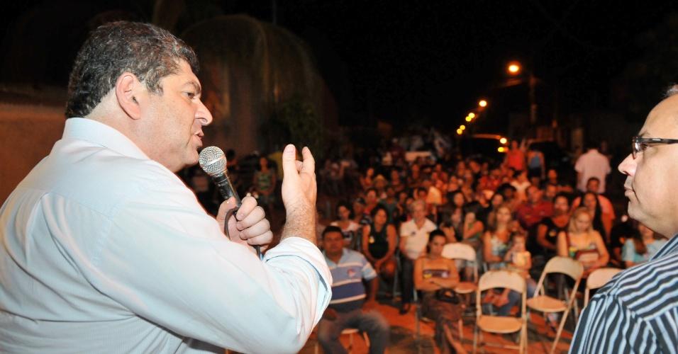 21.ago.2012 - Guilherme Maluf, candidato do PSDB à Prefeitura de Cuiabá, discursa durante encontro com diretores e professores das escolas do bairro Florianópolis