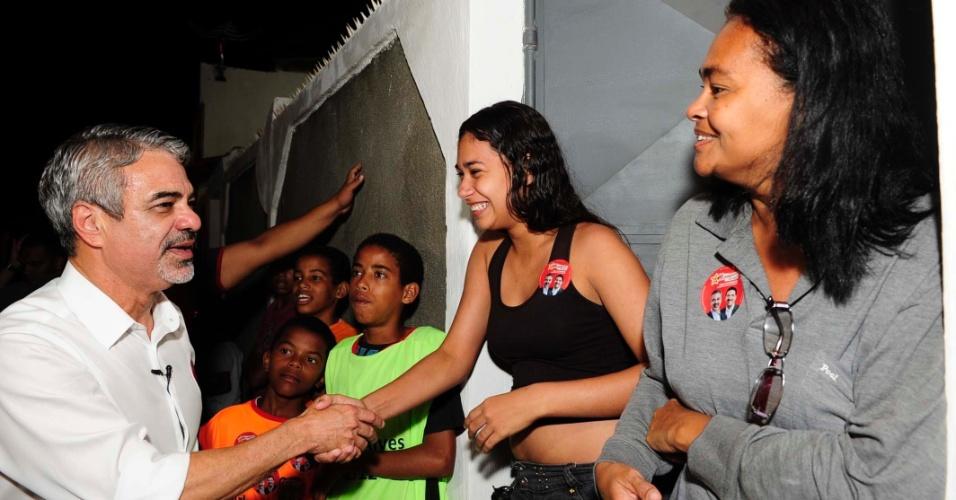 21.ago.2012 - Humberto Costa, candidato do PT à Prefeitura do Recife, cumprimenta eleitores durante caminhada pelo bairro Dois Unidos, região norte da capital pernambucana