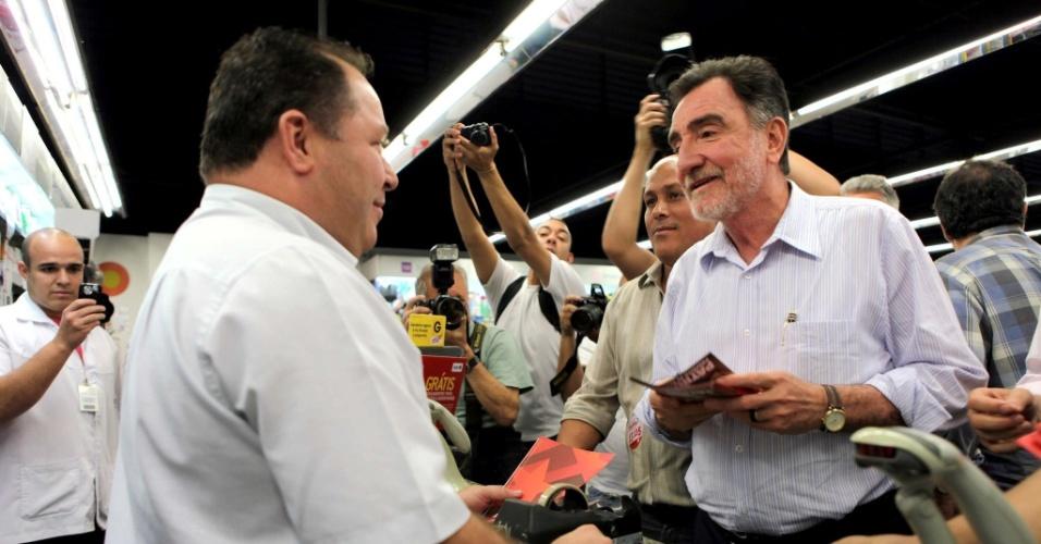 21.ago.2012 - Patrus Ananias, candidato do PT à Prefeitura de Belo Horizonte, conversa com comerciantes pelo bairro de Abílio Machado