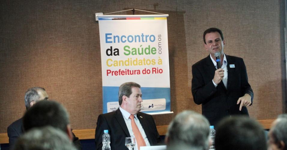 22.ago.2012 - Eduardo Paes, candidato à reeleição pelo PMDB no Rio de Janeiro, discursa durante reunião com reprensentantes do setor de saúde