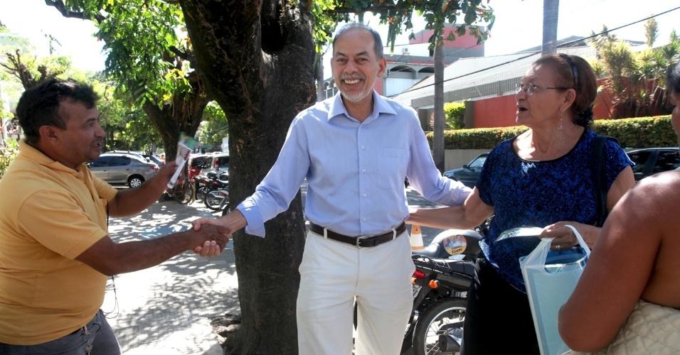 22.ago.2012 - Inácio Arruda, candidato do PC do B à Prefeitura de Fortaleza, cumprimenta eleitores durante caminhada pelo bairro Rodolfo Teófilo