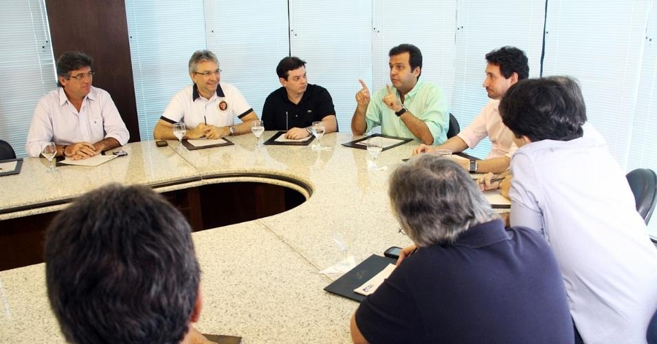22.ago.2012 - O candidato do PDT à Prefeitura de Natal, Carlos Eduardo (de camisa verde), apresenta suas propostas a representantes da Câmara de Dirigentes Lojistas de Natal