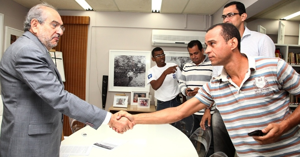 22.ago.2012 - O candidato à Prefeitura de Salvador Mário Kertész (PMDB) recebeu representantes da Guarda Municipal para ouvir a categoria e debater propostas para a entidade