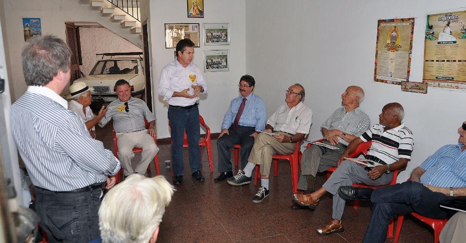 22.ago.2012 - O candidato do PSB a prefeito de Cuiabá, Mauro Mendes,foi recebido na manhã desta quarta-feira pelos membros do ?Senadinho?, grupo composto por políticos veteranos da cidade