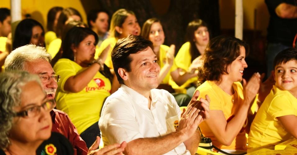 22.ago.2012 - O candidato do PSB à Prefeitura do Recife, Geraldo Julio, assiste a primeira exibição de seu programa eleitoral na televisão