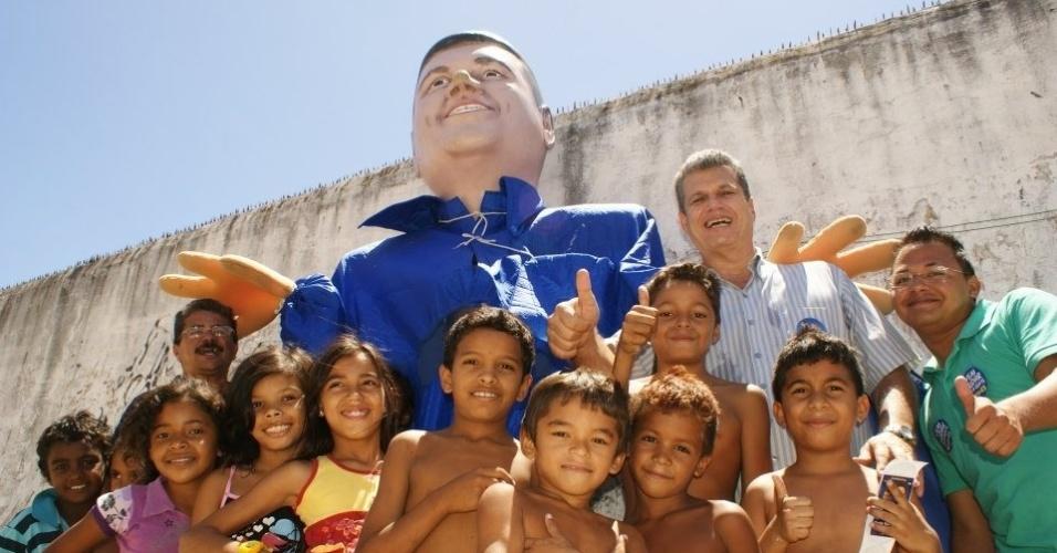 22.ago.2012 - O candidato do PSDB à Prefeitura de Fortaleza, Marcos Cals, posa com crianças durante caminhada pelo bairro Granja Lisboa