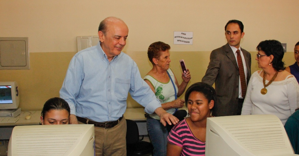 22.ago.2012 - O candidato do PSDB à prefeitura de São Paulo, José Serra, visitou o Telecentro Nathália Pedroso Rosemburg durante campanha no bairro do Campo Limpo, na zona sul da capital paulista, na tarde desta quarta-feira