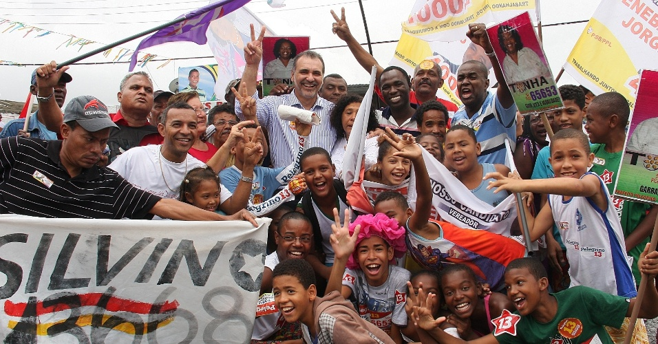 22.ago.2012 - O candidato do PT à Prefeitura de Salvador, Nelson Pelegrino (no centro, de camisa listrada), fez caminhada nesta quarta-feira pelo bairro de Sussuarana Nova