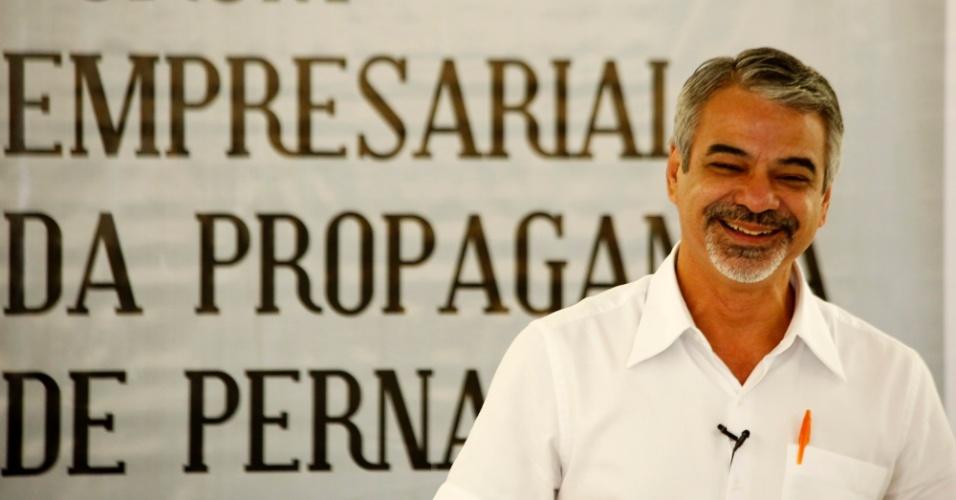 22.ago.2012 - O candidato do PT à Prefeitura do Recife, Humberto Costa, se reuniu nesta quarta-feira com empresários e representantes do setor de propaganda e marketing de Pernambuco