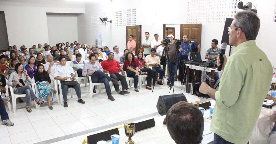22.ago.2012 - Hermano Morais (de camisa verde), candidato do PMDB à Prefeitura de Natal, participou de debate na Paróquia Santo Antônio de Pádua, no bairro Parque dos Coqueiros, zona norte da capital potiguar