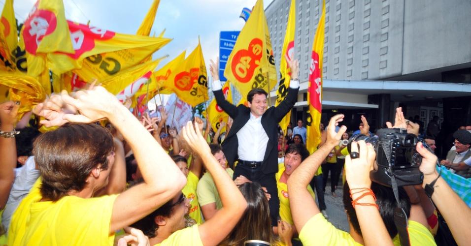 23.ago.2012 - O candidato do PSB à Prefeitura do Recife, Geraldo Júlio (PSB), chega com apoiadores para debate realizado pelo portal NE10 nesta quinta-feira. Ele atacou Humberto Costa (PT) afirmado que foi mal avaliado como secretário