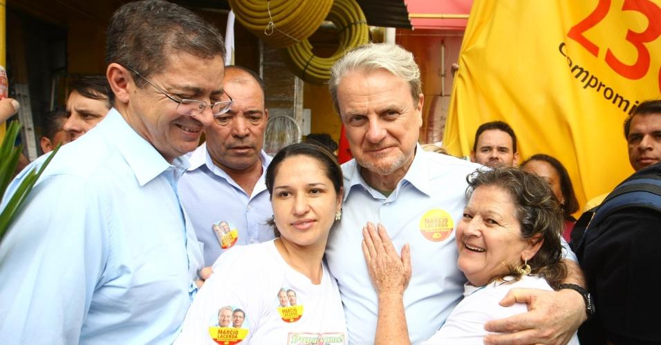 23.ago.2012 - O candidato do PSB à reeleição em Belo Horizonte, Marcio Lacerda, abraça eleitoras durante caminhada pelo bairro Céu Azul, na região de Venda Nova, na capital mineira