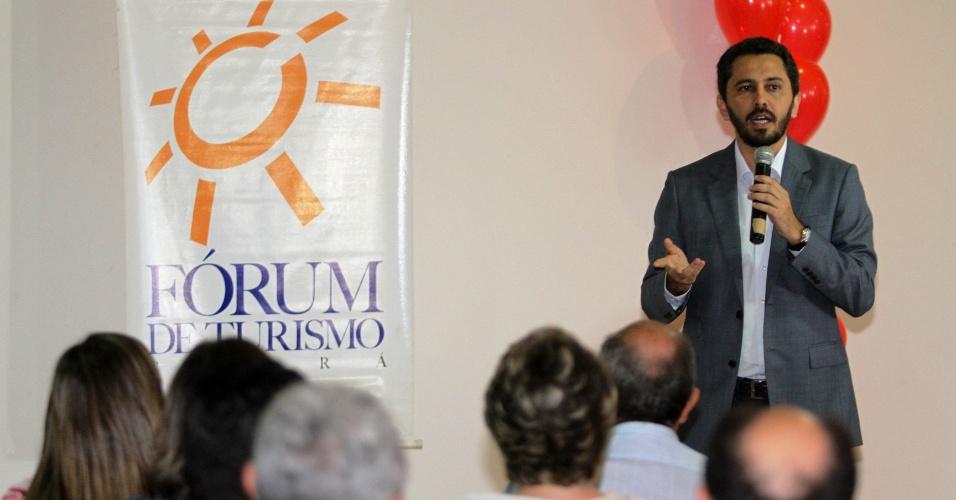 23.ago.2012 - O candidato do PT à Prefeitura de Fortaleza, Elmano de Freitas, apresentou suas propostas de governo no Fórum de Turismo do Ceará