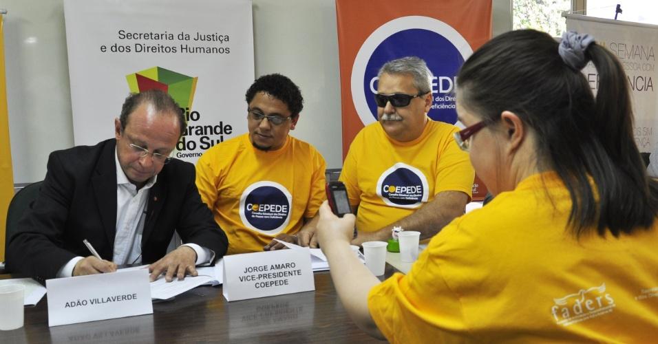 23.ago.2012 - O candidato do PT à Prefeitura de Porto Alegre, Adão Villaverde, assinou nesta quinta-feira (23), a carta Cidade Acessível de compromisso de adoção de política para pessoas com deficência