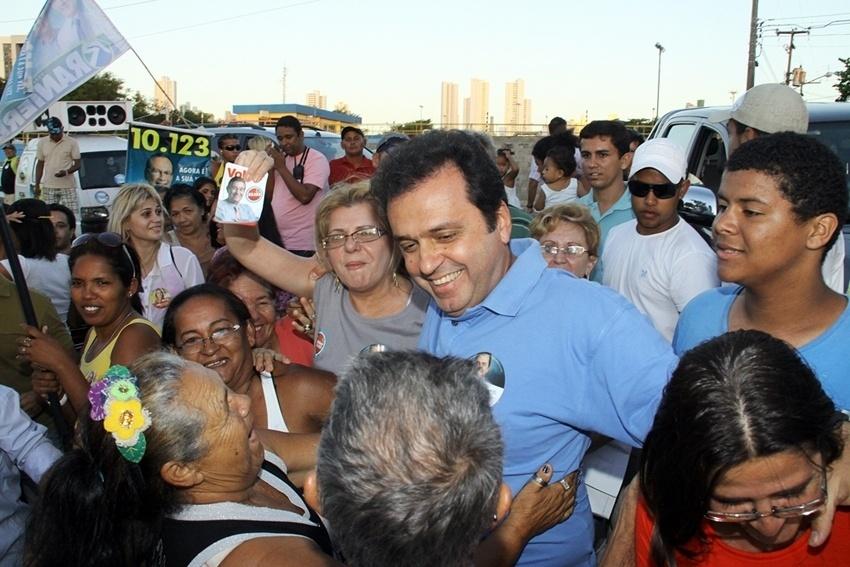 23.ago.2012 - Carlos Eduardo, candidato do PDT à Prefeitura de Natal, cumprimenta eleitores durante caminhada pelo bairro Passo da Pátria, na zona leste da capital potiguar