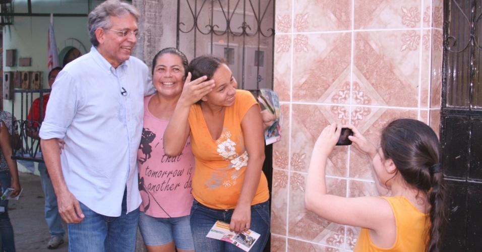 23.ago.2012 - O candidato do DEM à Prefeitura de Manaus, Pauderney Avelino, caminhou pelo bairro Betânia e foi fotografado ao lado de eleitores