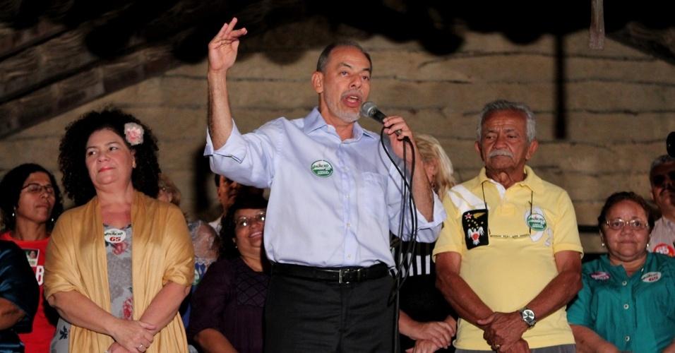 23.ago.2012 - O candidato do PC do B à Prefeitura de Fortaleza, Inácio Arruda, discursa durante lançamento do comitê de campanha nesta quinta-feira, no centro da capital cearense